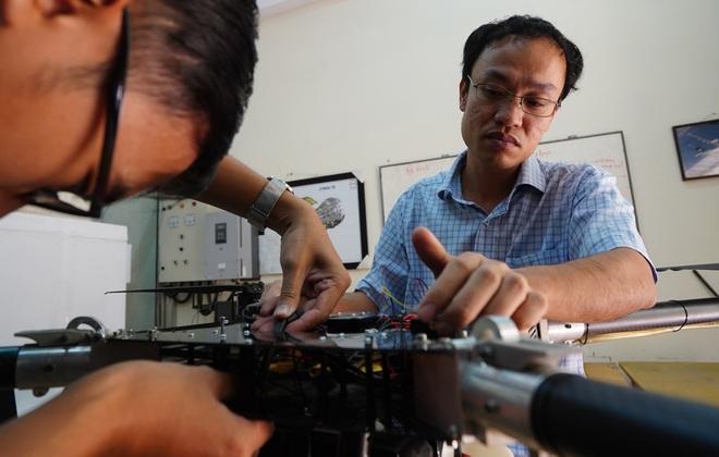 Phó giáo sư 37 tuổi chế tạo máy bay dành cho nhà nông - 12