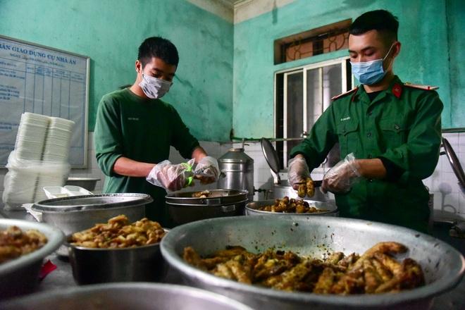 Chiến sĩ vội vã chuẩn bị hàng trăm suất cơm trong khu cách ly tại Lạng Sơn - 9