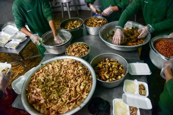 Chiến sĩ vội vã chuẩn bị hàng trăm suất cơm trong khu cách ly tại Lạng Sơn - 6