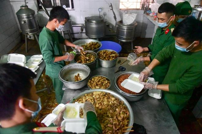 Chiến sĩ vội vã chuẩn bị hàng trăm suất cơm trong khu cách ly tại Lạng Sơn - 7