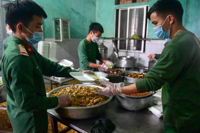 Chiến sĩ vội vã chuẩn bị hàng trăm suất cơm trong khu cách ly tại Lạng Sơn - 8