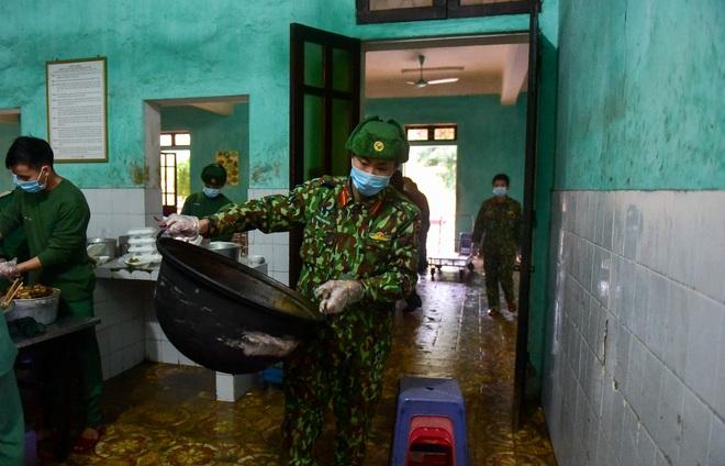 Chiến sĩ vội vã chuẩn bị hàng trăm suất cơm trong khu cách ly tại Lạng Sơn - 10