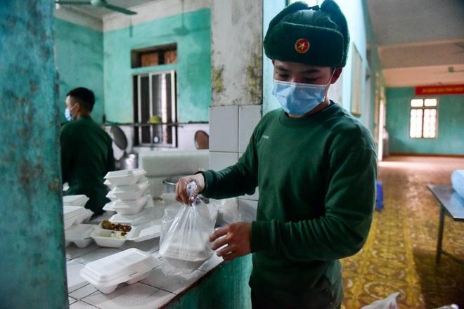 Chiến sĩ vội vã chuẩn bị hàng trăm suất cơm trong khu cách ly tại Lạng Sơn - 15