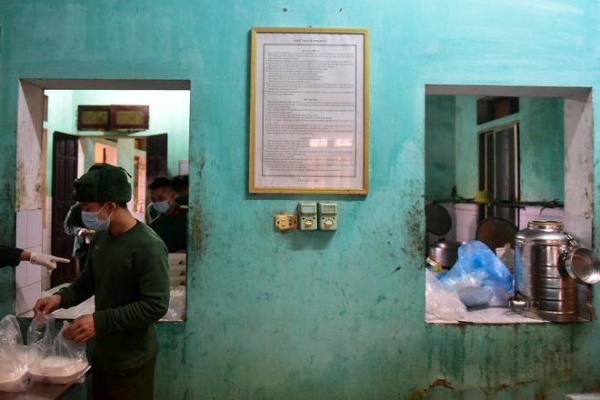 Chiến sĩ vội vã chuẩn bị hàng trăm suất cơm trong khu cách ly tại Lạng Sơn - 14