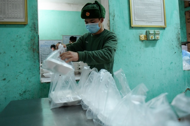 Chiến sĩ vội vã chuẩn bị hàng trăm suất cơm trong khu cách ly tại Lạng Sơn - 21