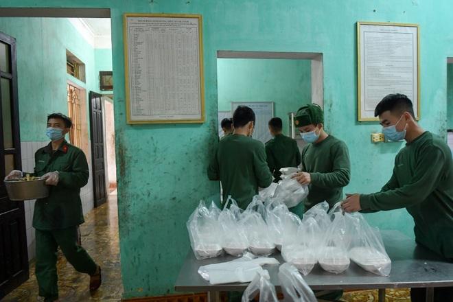 Chiến sĩ vội vã chuẩn bị hàng trăm suất cơm trong khu cách ly tại Lạng Sơn - 17