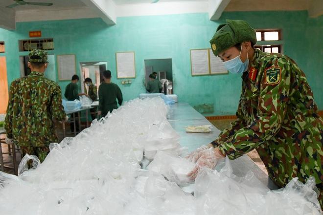 Chiến sĩ vội vã chuẩn bị hàng trăm suất cơm trong khu cách ly tại Lạng Sơn - 19