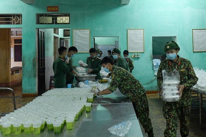 Chiến sĩ vội vã chuẩn bị hàng trăm suất cơm trong khu cách ly tại Lạng Sơn - 18