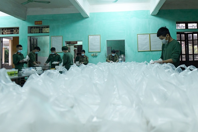 Chiến sĩ vội vã chuẩn bị hàng trăm suất cơm trong khu cách ly tại Lạng Sơn - 20