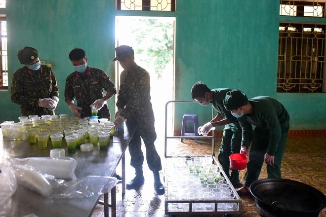 Chiến sĩ vội vã chuẩn bị hàng trăm suất cơm trong khu cách ly tại Lạng Sơn - 16