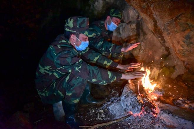 Những chiến sĩ đắp đá làm giường, ròng rã nơi biên giới chống dịch corona - 10