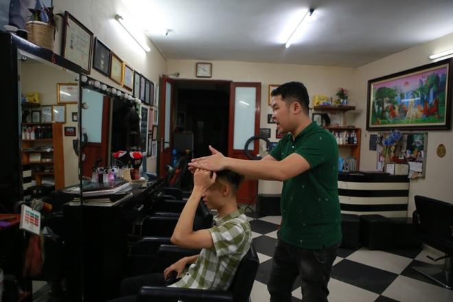 Chàng trai khiếm thính dạy cắt tóc miễn phí cho người khuyết tật ở Hà Nội - 12