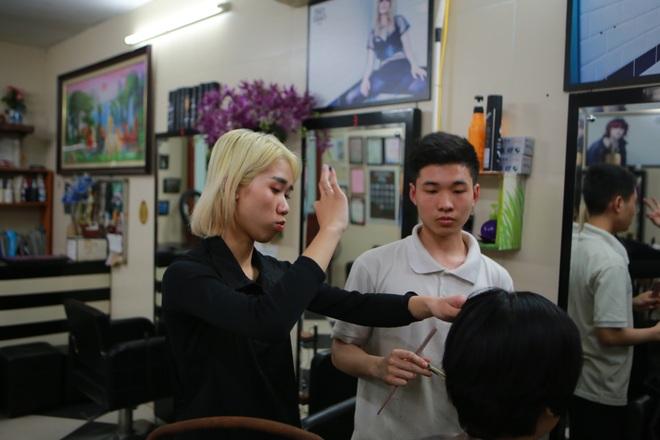 Chàng trai khiếm thính dạy cắt tóc miễn phí cho người khuyết tật ở Hà Nội - 7