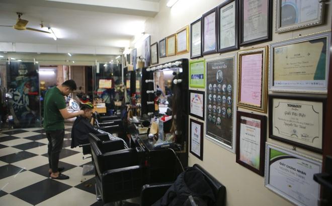 Chàng trai khiếm thính dạy cắt tóc miễn phí cho người khuyết tật ở Hà Nội - 11