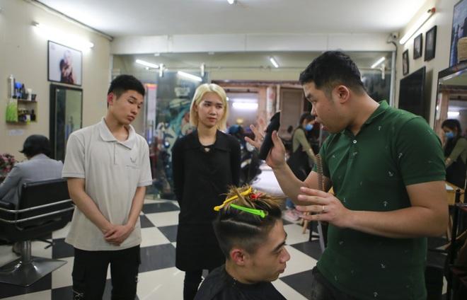 Chàng trai khiếm thính dạy cắt tóc miễn phí cho người khuyết tật ở Hà Nội - 2