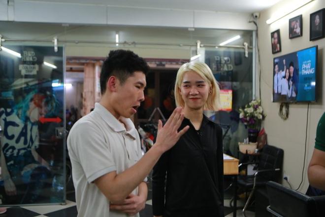 Chàng trai khiếm thính dạy cắt tóc miễn phí cho người khuyết tật ở Hà Nội - 5