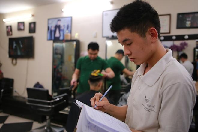 Chàng trai khiếm thính dạy cắt tóc miễn phí cho người khuyết tật ở Hà Nội - 6