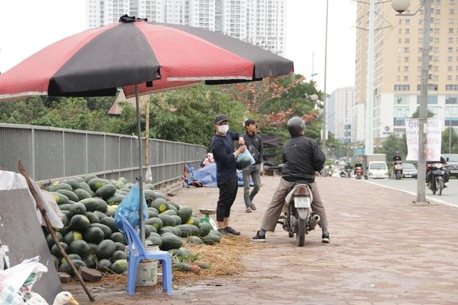 Hà Nội: Lấy mác giải cứu nông sản để chiếm vỉa hè nhiều tuyến phố - 7