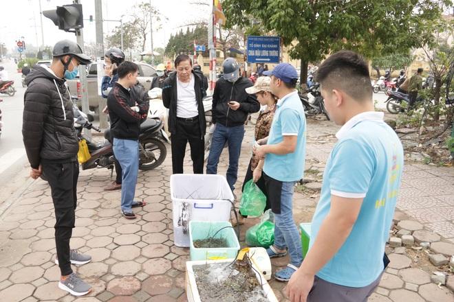 Hà Nội: Lấy mác giải cứu nông sản để chiếm vỉa hè nhiều tuyến phố - 23