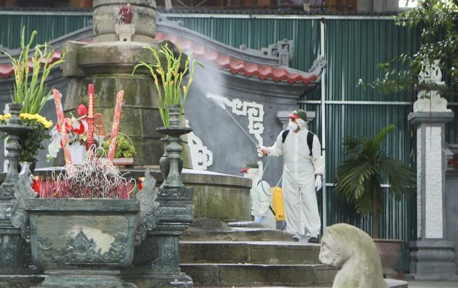 Đền Ngọc Sơn, Văn Miếu Quốc Tử Giám... được phun thuốc khử trùng - 16