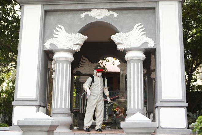 Đền Ngọc Sơn, Văn Miếu Quốc Tử Giám... được phun thuốc khử trùng - 15