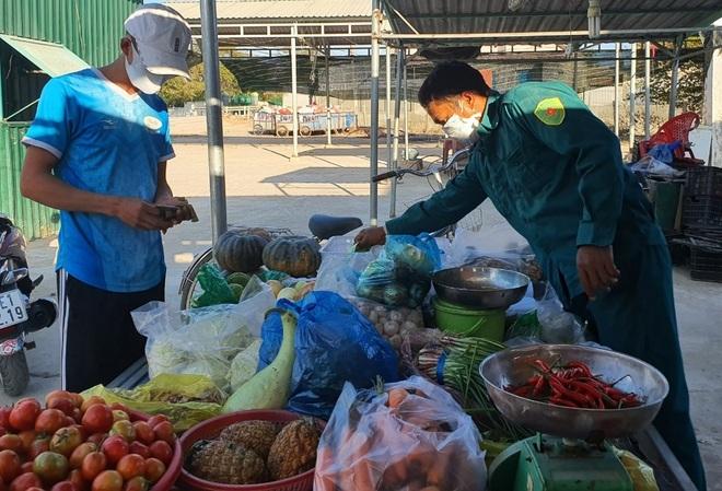 Dân quân bán rau giúp tiểu thương trong khu cách ly - 7