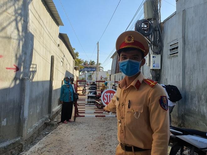Dân quân bán rau giúp tiểu thương trong khu cách ly - 3