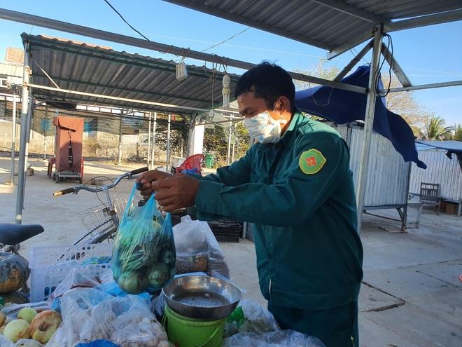 Dân quân bán rau giúp tiểu thương trong khu cách ly - 8