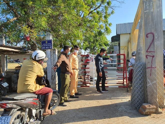Dân quân bán rau giúp tiểu thương trong khu cách ly - 2