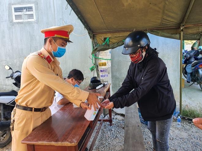 Dân quân bán rau giúp tiểu thương trong khu cách ly - 13
