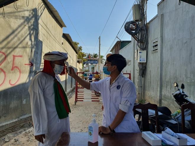 Dân quân bán rau giúp tiểu thương trong khu cách ly - 12