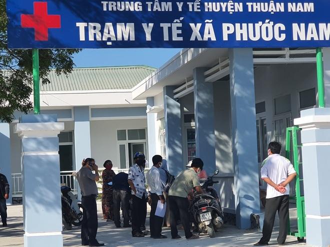 Dân quân bán rau giúp tiểu thương trong khu cách ly - 4