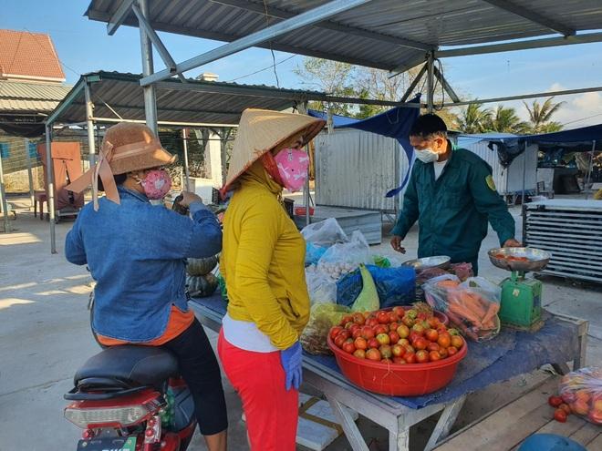 Dân quân bán rau giúp tiểu thương trong khu cách ly - 10