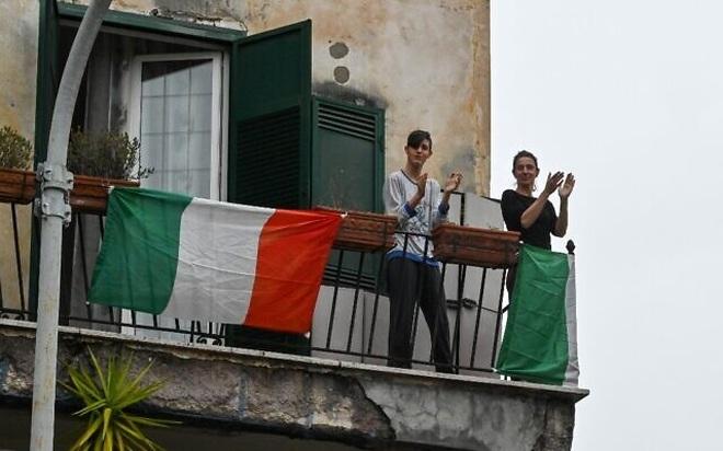 Bị phong tỏa cả nước, người Italia giao tiếp qua ban công  - 12