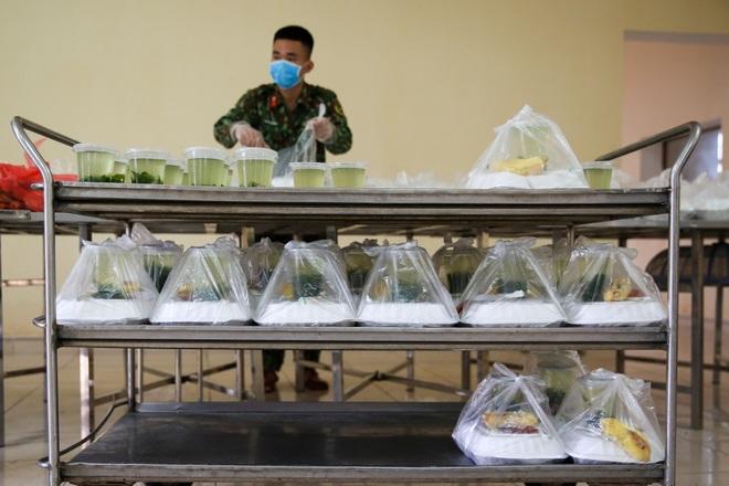 Cơm cách ly của 122 người dân tại doanh trại quân đội - 16