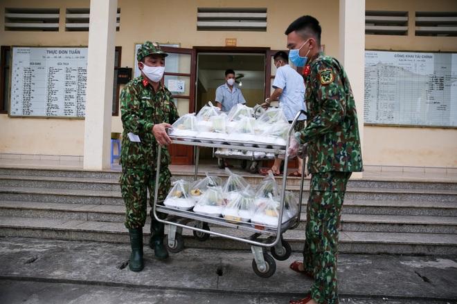 Cơm cách ly của 122 người dân tại doanh trại quân đội - 15