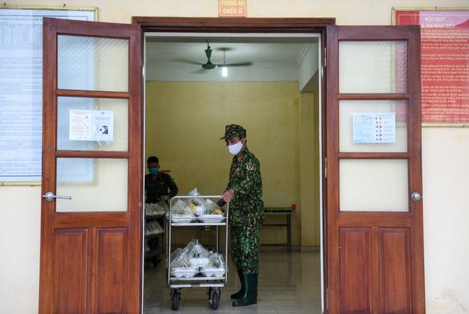 Cơm cách ly của 122 người dân tại doanh trại quân đội - 17