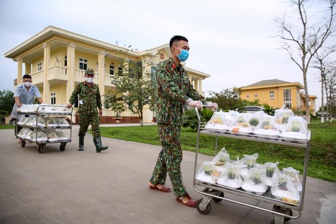 Cơm cách ly của 122 người dân tại doanh trại quân đội - 18