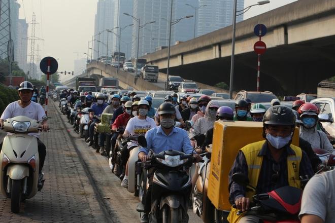Người dân từ thành phố đổ về quê, cửa ngõ thủ đô ùn tắc - 9
