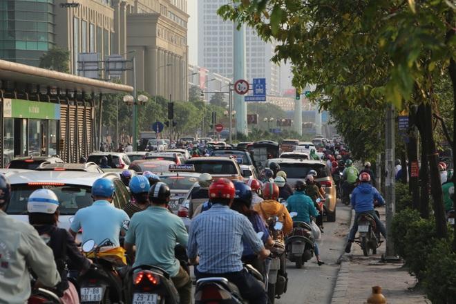 Người dân từ thành phố đổ về quê, cửa ngõ thủ đô ùn tắc - 10