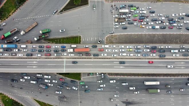 Hà Nội: Hình ảnh ô tô không lối thoát tại đường vành đai 3 trên cao - 11
