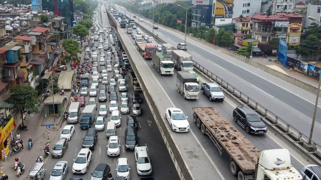 Hà Nội: Hình ảnh ô tô không lối thoát tại đường vành đai 3 trên cao - 7
