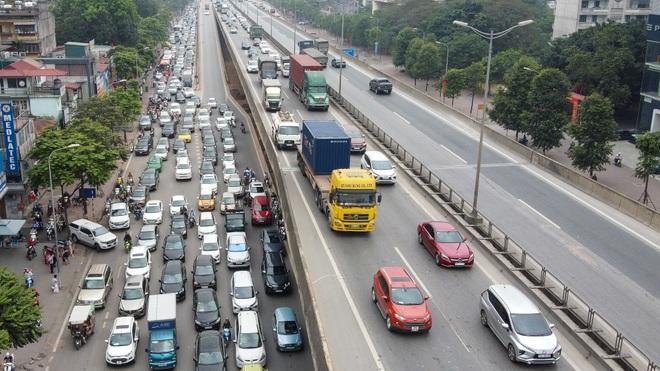 Hà Nội: Hình ảnh ô tô không lối thoát tại đường vành đai 3 trên cao - 9