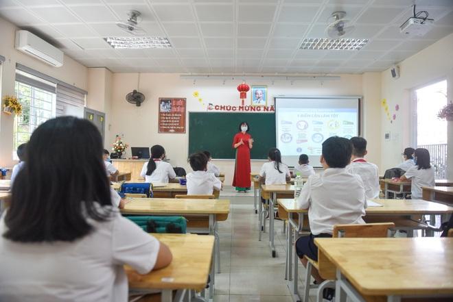 Tiết học đầu tiên giàu cảm xúc của học sinh Hà Nội sau 3 tháng nghỉ dịch - 12