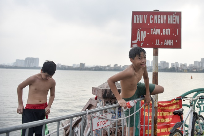 Hà Nội: Đua nhau vượt rào chắn Covid-19 xuống hồ Tây tắm giải nhiệt - 2