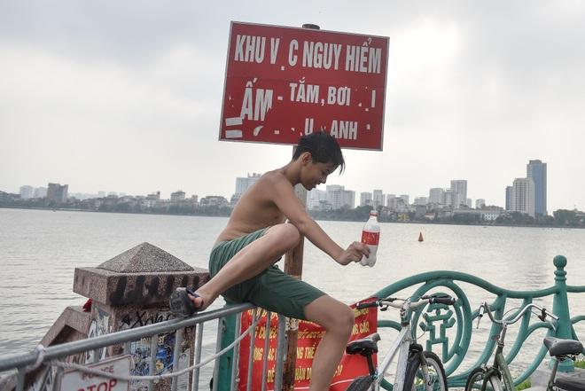 Hà Nội: Đua nhau vượt rào chắn Covid-19 xuống hồ Tây tắm giải nhiệt - 6