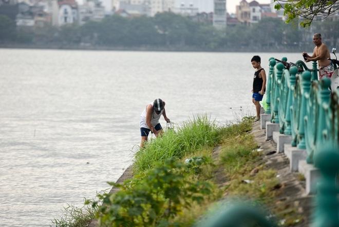 Hà Nội: Đua nhau vượt rào chắn Covid-19 xuống hồ Tây tắm giải nhiệt - 10