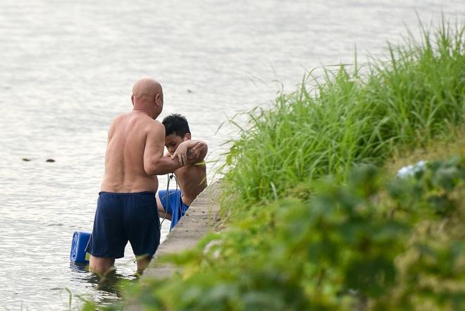 Hà Nội: Đua nhau vượt rào chắn Covid-19 xuống hồ Tây tắm giải nhiệt - 11