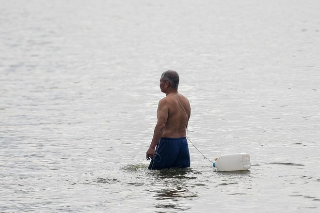 Hà Nội: Đua nhau vượt rào chắn Covid-19 xuống hồ Tây tắm giải nhiệt - 7
