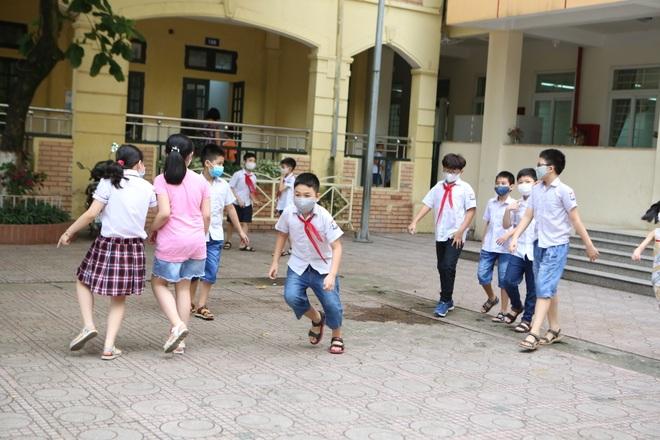 Học sinh mầm non, tiểu học nô nức tới trường sau 3 tháng nghỉ phòng dịch - 18